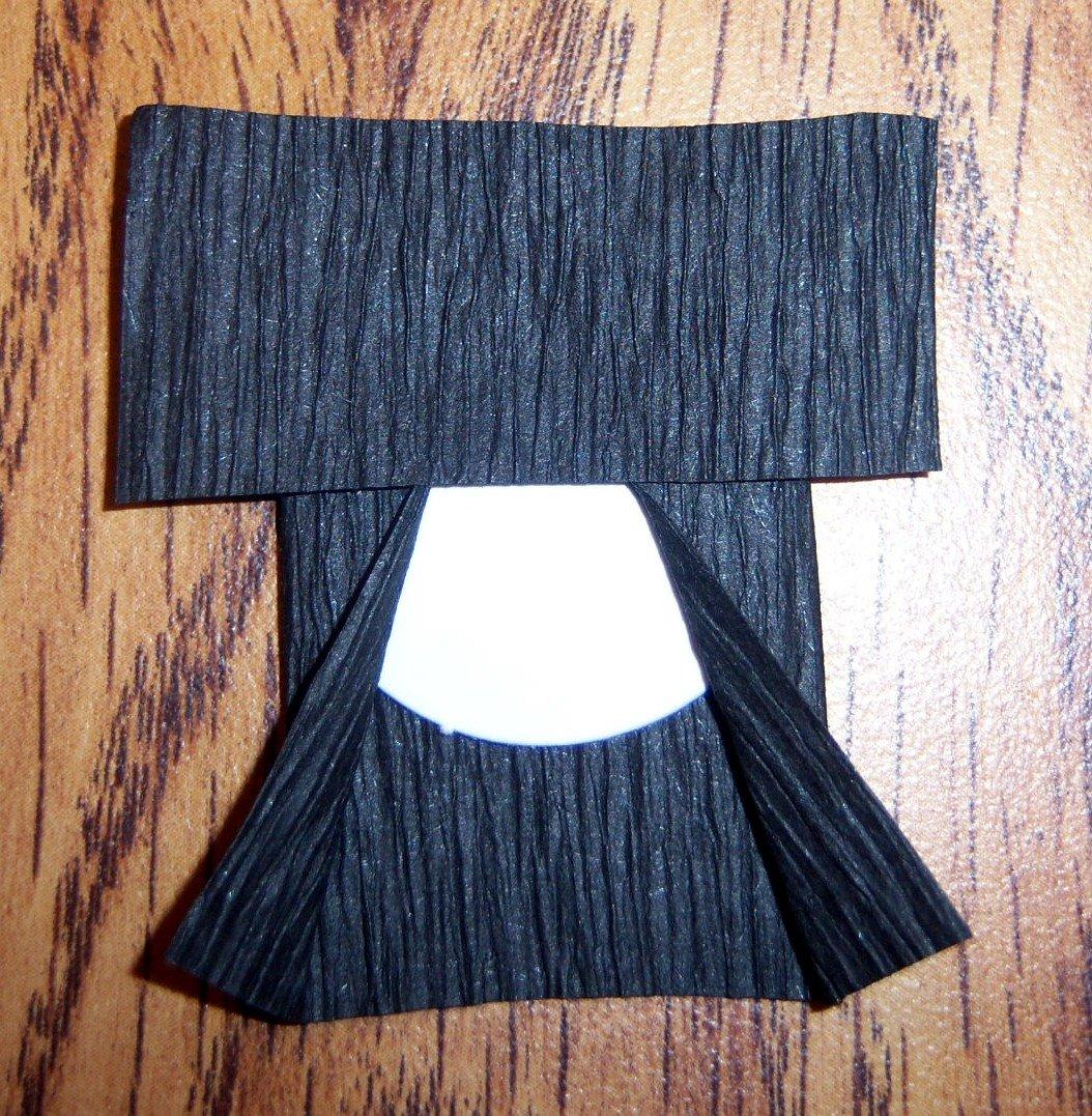 Lem poni (yang lebih kecil dari persegi panjang kertas krep.